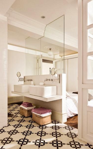 baño con lavabo detras de la cama